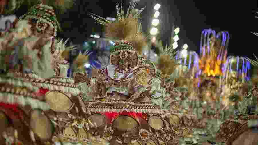 Ala das baianas da Viradouro na Sapucaí, em desfile de domingo; nesta, fantasia conta com luz de LED vermelha - Júlio César Guimarães/UOL