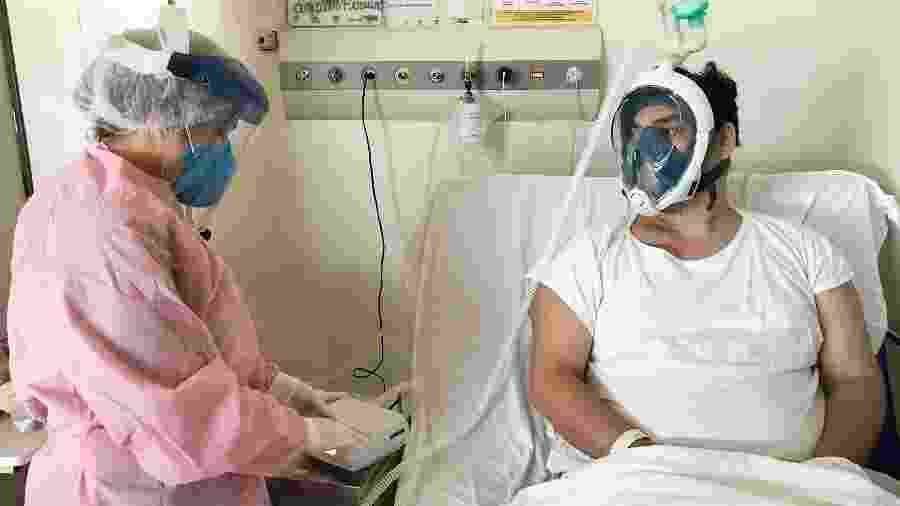 Máscara de mergulho adaptada sendo usada por paciente de Covid-19 no Hospital Regional do Baixo Amazonas, em Santarém (PA) - Divulgação/HRBA