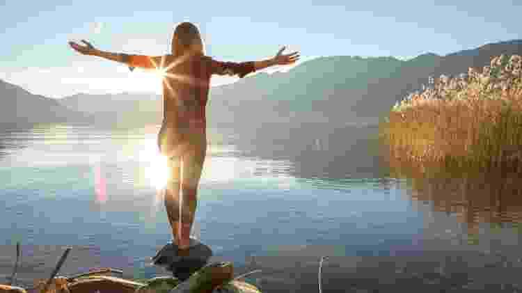 turismo bem-estar mulher em paisagem - Getty Images - Getty Images