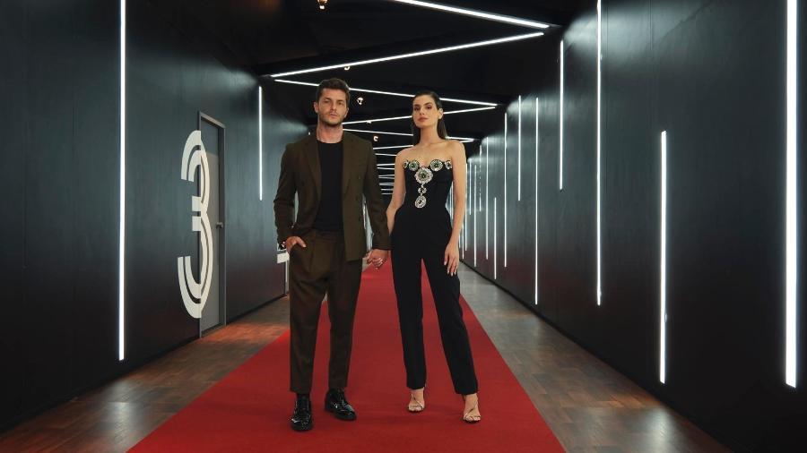 """O casal de apresentadores Camila Queiroz e Klebber Toledo ao lado das cabines de encontro do reality """"Casamento às Cegas"""" - Alisson Louback / Netflix"""