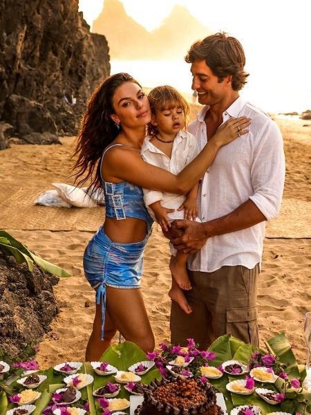 Isis Valverde posa com o filho Rael e o marido André Resende - Reprodução/ Instagram @isisvalverde @neuronha