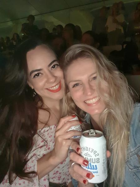 A cabeleireira Bianca Heidrich, à direita, foi ao show da banda Six60, na Nova Zelândia, ao lado da amiga Marlone, também brasileira, no dia 24 de abril - Arquivo pessoal