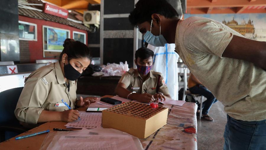 A Índia contabiliza mais de 230.000 mortes e 21 milhões de casos desde o início da pandemia - Naveen Sharma/SOPA Images/LightRocket via Getty Images