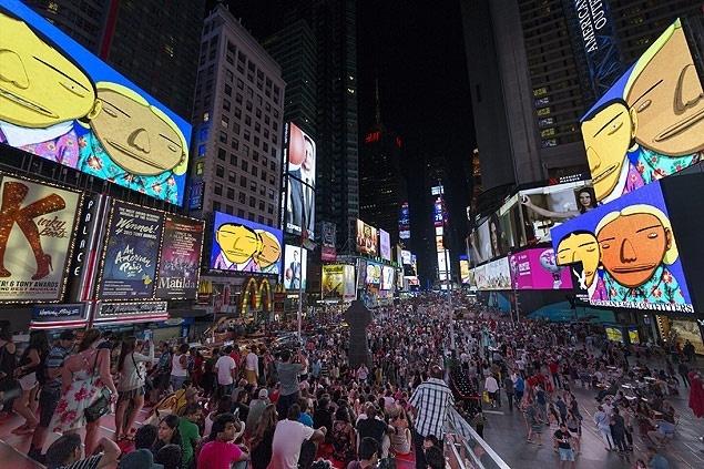 Obra da dupla Osgemeos é exibida durante o mês de agosto nos telões da Times Square, em NY