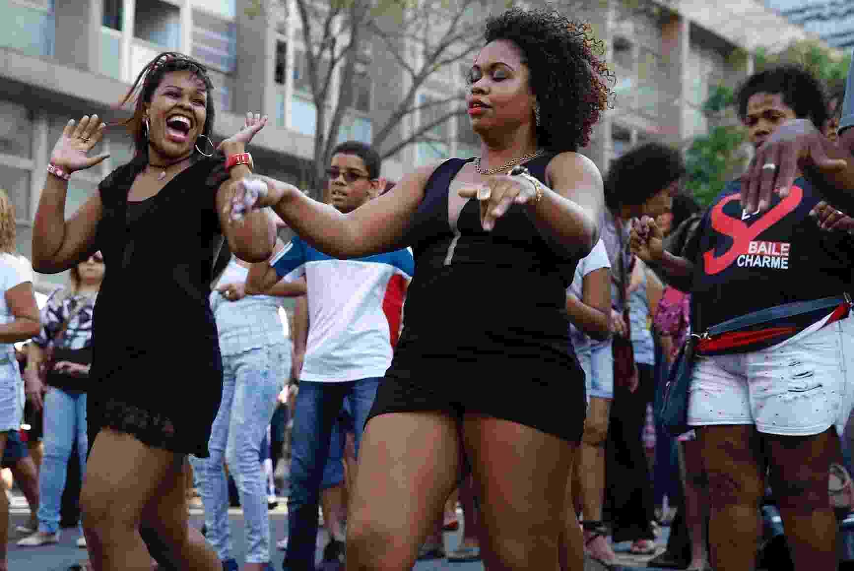 29.ago.2015 - Na tarde deste sábado o Tribunal de Justiça do Rio promove um baile charme em frente a sede no centro da cidade. - Marcos Pinto/UOL