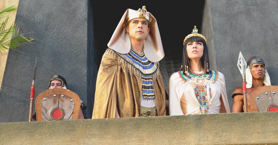 O faraó Ramsés (Sérgio Marone) pede  ajuda aos deuses egípcios, mas o reino acaba sendo castigado por uma nova praga conforme havia alertado Moisés (Guilherme Winter). Um enxame de moscas invade a cidade trazendo grande incômodo e sofrimento para todos