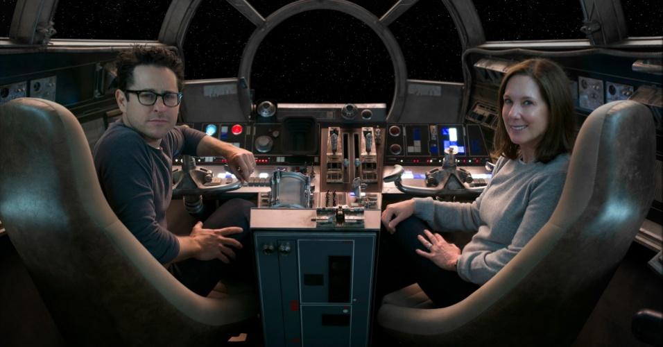 """O diretor J.J. Abrams e a produtora Kathleen Kennedy nos bastidores da filmagem de """"Star Wars: O Despertar da Força"""""""