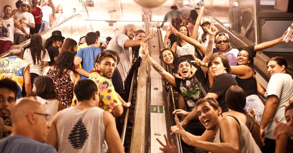 30.jan.2016 - A estação Tiradentes do metrô de São Paulo ficou cheia de foliões chegando ao desfile do bloco Sargento Pimenta.