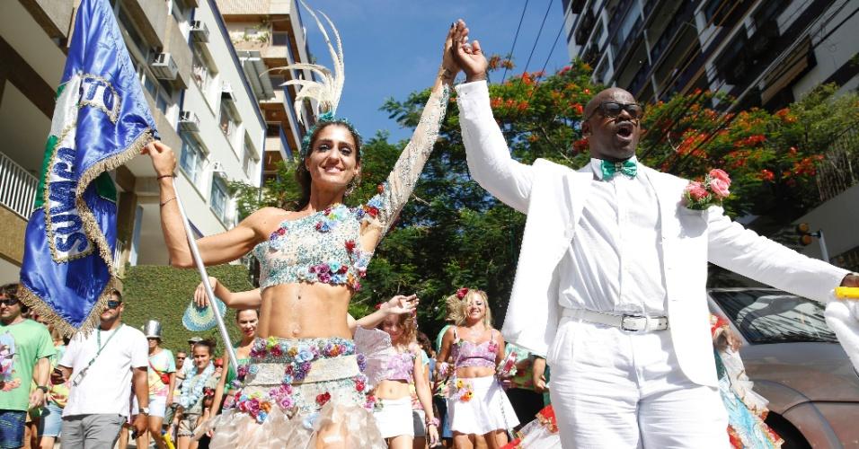 Mulher do ator Eduardo Moscovis, Cynthia Howlett desfila como porta-bandeiras do bloco