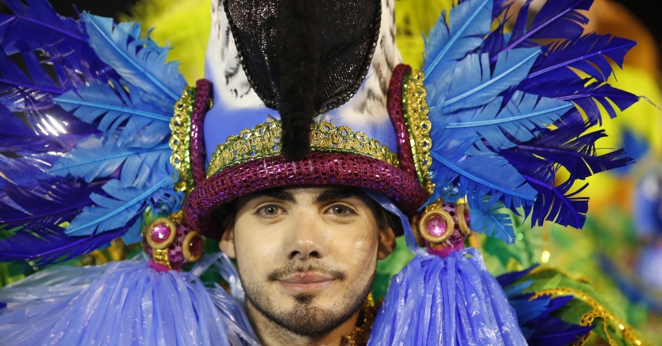 6.fev.2016 - Integrante masculino da Águia de Ouro em desfile com enredo que homenageia as mulheres na primeira noite do Carnaval de São Paulo