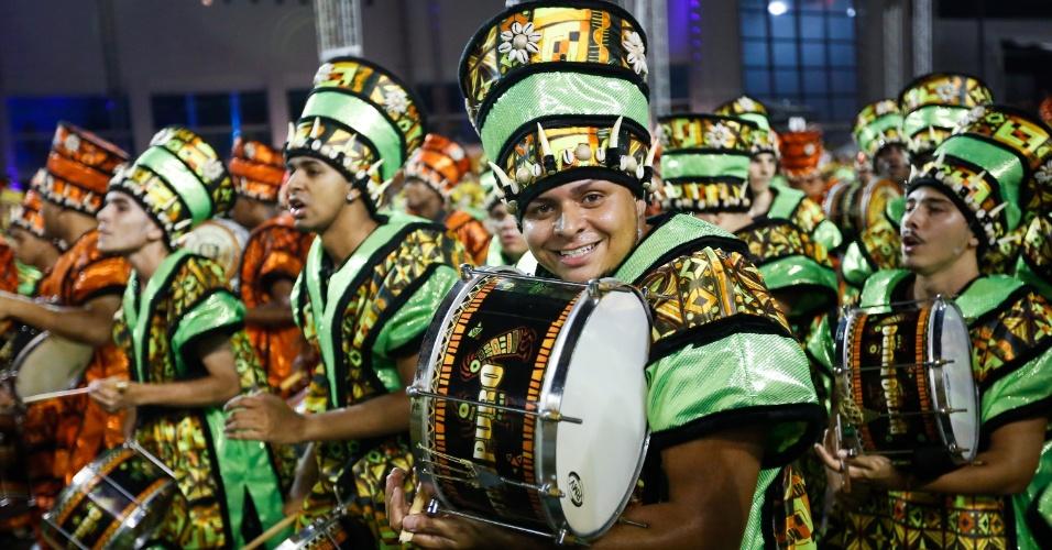 07.fev.2016 - A bateria da Mocidade Alegre chamou a atenção com as paradonas, em que a escola cantou o samba-enredo acapella por mais de 30 segundos