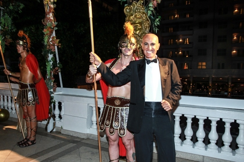 6.fev.2016 - O promoter Amin Khader pega na lança de solado da Grécia antiga, que decora o Copacabana Palace
