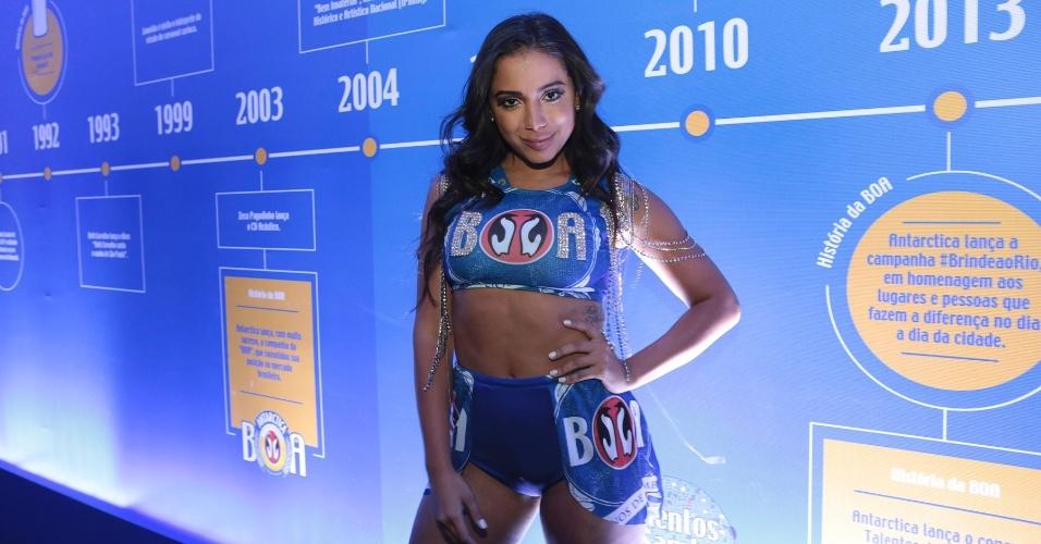 13.fev.2016 - Anitta sensualiza e vai de shortinho e barriga de fora assistir ao Desfile das Campeãs na Sapucaí