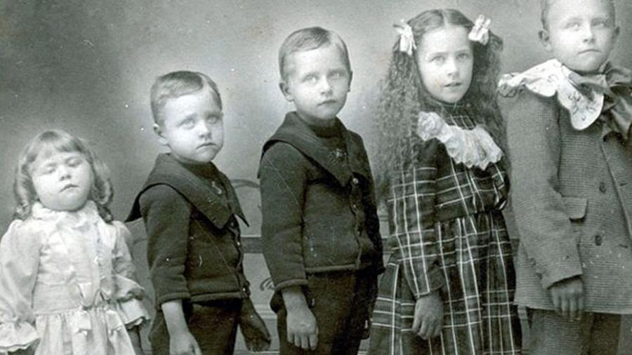 Na Era Vitoriana, era comum que famílias tivessem muitos filhos e que muitos morressem antes dos cinco anos; nesta foto, a criança à esquerda está morta e foi colocada de pé para o registro - Domínio Público