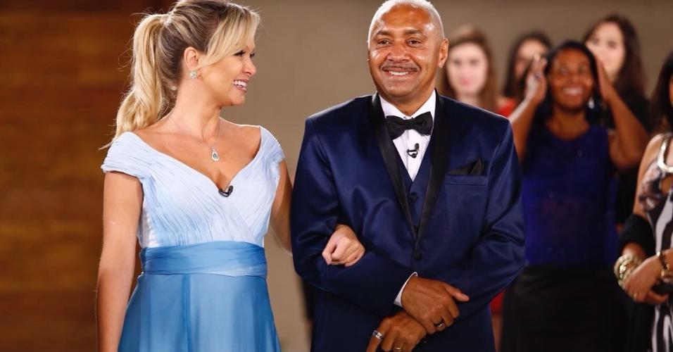 Eliana acompanha Tiririca ao anunciar casamento surpresa para o humorista
