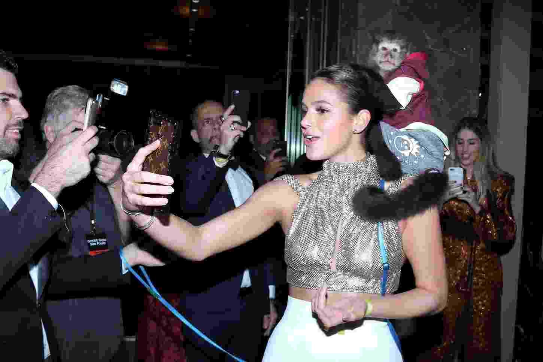 Bruna Marquezine se diverte com macaco no baile de gala beneficente da amfAR, em São Paulo - Agnews