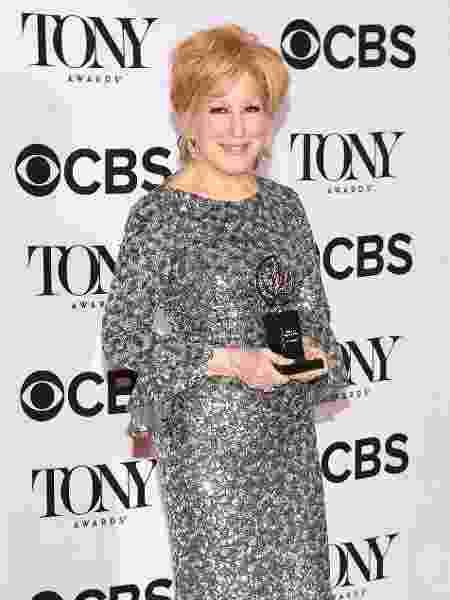 A atriz Bette Midler posa com seu prêmio Tony no Radio City Music Hall, em 2017 - Angela Weiss/AFP