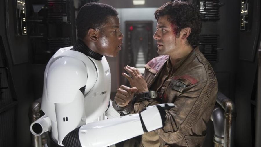 """Finn (John Boyega) e Poe (Oscar Isaac) em """"Star Wars: O Despertar da Força"""" - Divulgação"""