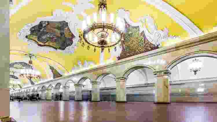Estação Komsomolskaya, em Moscou, uma das belíssimas estações do metrô local - Mordolff/Getty Images