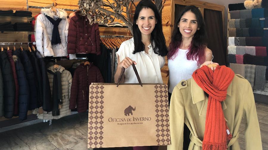 Mariá (à esquerda) e Júlia na loja da marca criada por elas, Oficina de Inverno, em Fortaleza (CE) - Arquivo pessoal