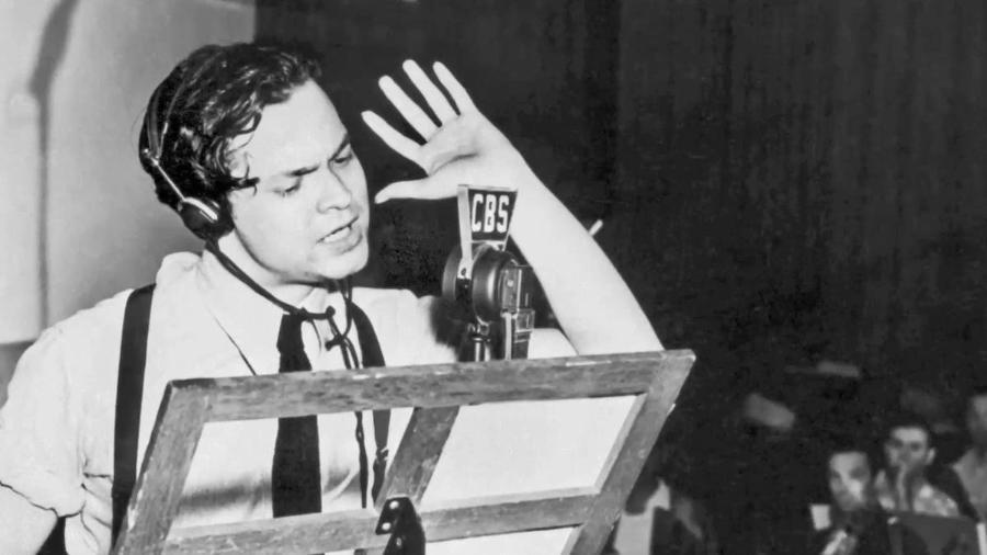 Orson Welles durante a histórica transmissão que chegou a causar pânico nos Estados Unidos - Reprodução
