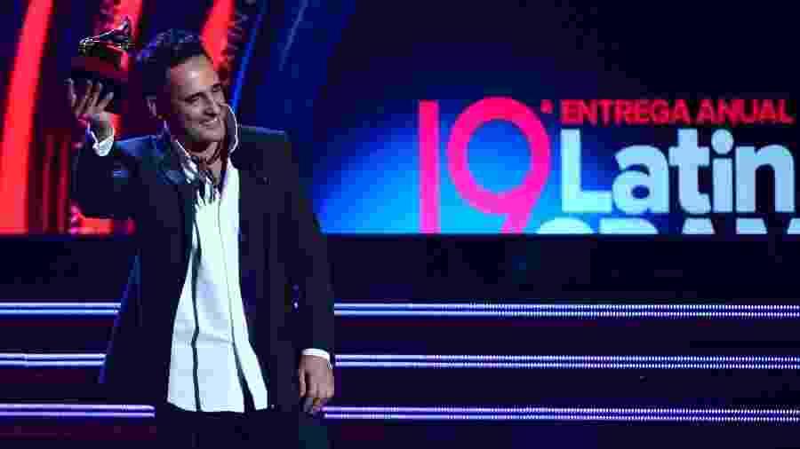 """O cantor uruguaio Jorge Drexler com o Grammy Latino de """"Canção do Ano"""" por """"Telefonía"""" - Robyn Beck/AFP"""