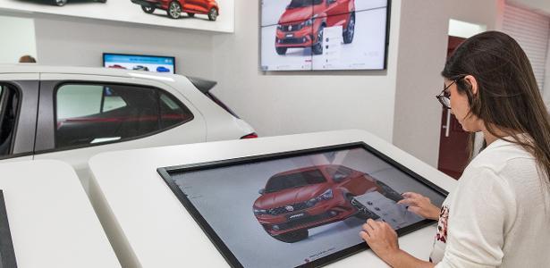 Fiat quer 20 lojas como esta: apenas um ou dois carros expostos e telões de até 43 polegadas para cliente fazer escolhas