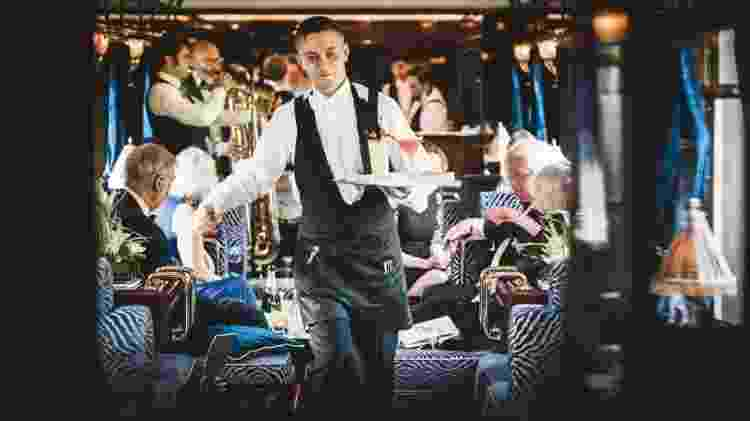 Garçom serve os passageiros do luxuoso Venice Simplon-Orient-Express - Divulgação/Belmond - Divulgação/Belmond