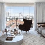 Tapete, cortina e sofá 3 - Júlia Ribeiro/Divulgação