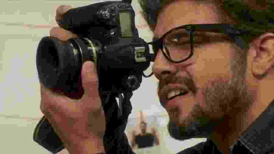 O ator Caio Castro, que vive um fotojornalista que participa da cobertura do primeiro Rock in Rio - Divulgação