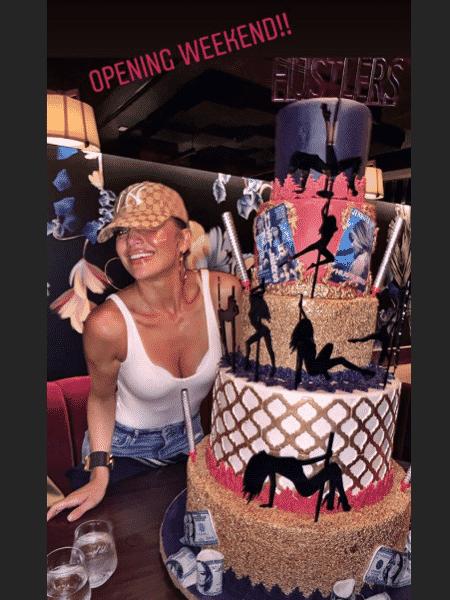 Jennifer Lopez comemora com bolo de strippers o sucesso de As Enganadoras - Reprodução