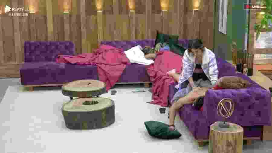 Tati Dias faz masagem em Guilherme Leão na sala do confinamento  - Reprodução/PlayPlus