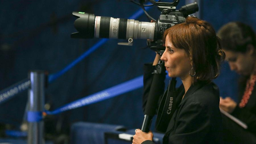 """Petra Costa durante as gravações para o documentário """"Democracia em Vertigem"""" - Alan Marques/ Folhapress"""