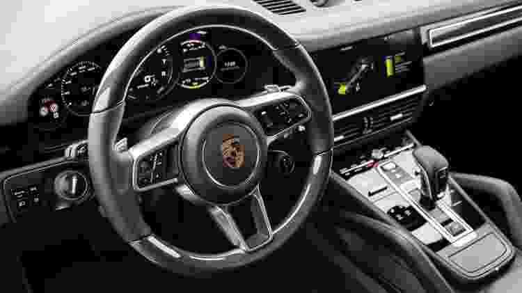 Cabine preserva tradições da Porsche, como a ignição do lado esquerdo do condutor - Divulgação