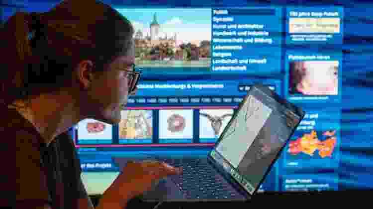 Mulher trabalha em home office; faz pesquisa na internet; trabalho virtual - Jens BÃŒttner/picture alliance via Getty Images - Jens BÃŒttner/picture alliance via Getty Images