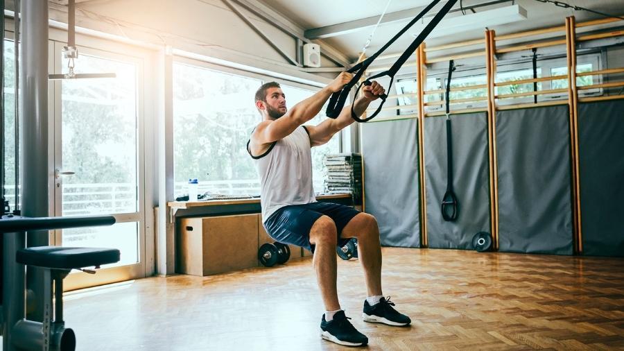 A fita de suspensão permite realizar exercícios para o corpo todo em qualquer lugar - iStock