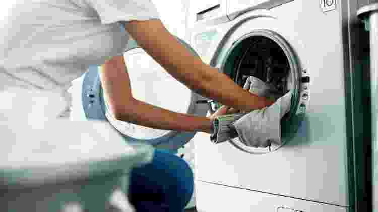 Água e sabão serão suficientes para fazer a limpeza da máquina de lavar roupa - Getty Images - Getty Images