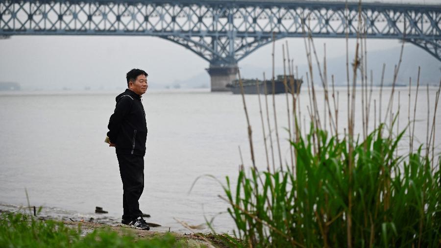 """Chen Si, o guardião da """"ponte dos suicidas"""" -  WANG ZHAO / AFP"""