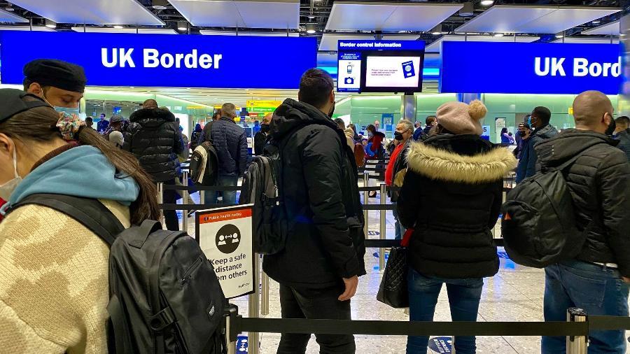 A irritação com as restrições rígidas e onerosas sobre as viagens ao exterior está crescendo no Reino Unido - Por Sarah Young e Guy Faulconbridge