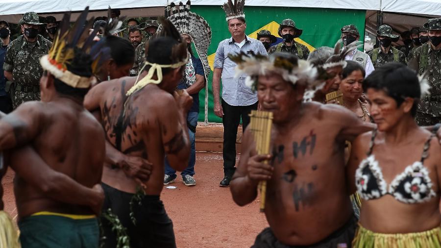 Bolsonaro sem máscara em meio aos indígenas na inauguração da ponte Rodrigo e Cibele, em São Gabriel da Cachoeira, no Amazonas.  - Marcos Corrêa/PR.