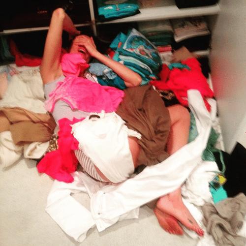 """19.jun.2015 - Preparando-se para mais uma viagem, Luciana Gimenez faz uma grande bagunça ao preparar sua mala e posto o momento de """"desespero"""" em sua conta do Instagram"""