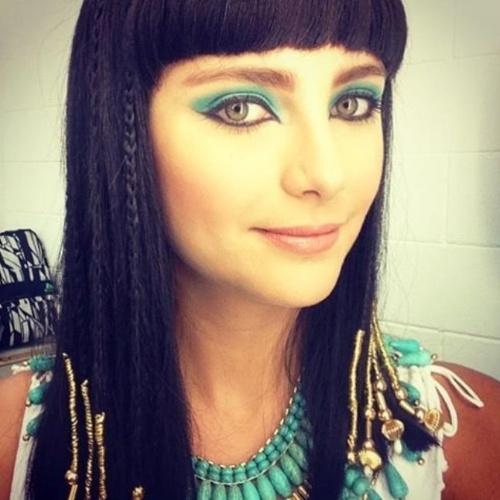 """21.set.2015- Tammy Di Calafiori mostra maquiagem de Ana, sua personagem em """"Os Dez Mandamentos"""", enquanto aguarda gravações no estúdio. A sombra verde ressalta seus olhos claros. A imagem rendeu elogios de """"linda"""" e """"diva"""" para a atriz no Instagram"""