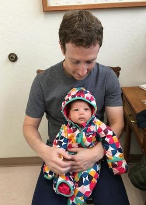 Mark Zuckerberg postou uma foto com a filha, Max, esperando para ser vacinada - Reprodução/Facebook