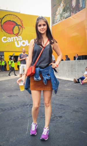 23.jan.2016 - A produtora de moda Carol Modolo, 21, escolheu uma combinação de saia e regata, e se preparou para um friozinho com uma jaqueta jeans.