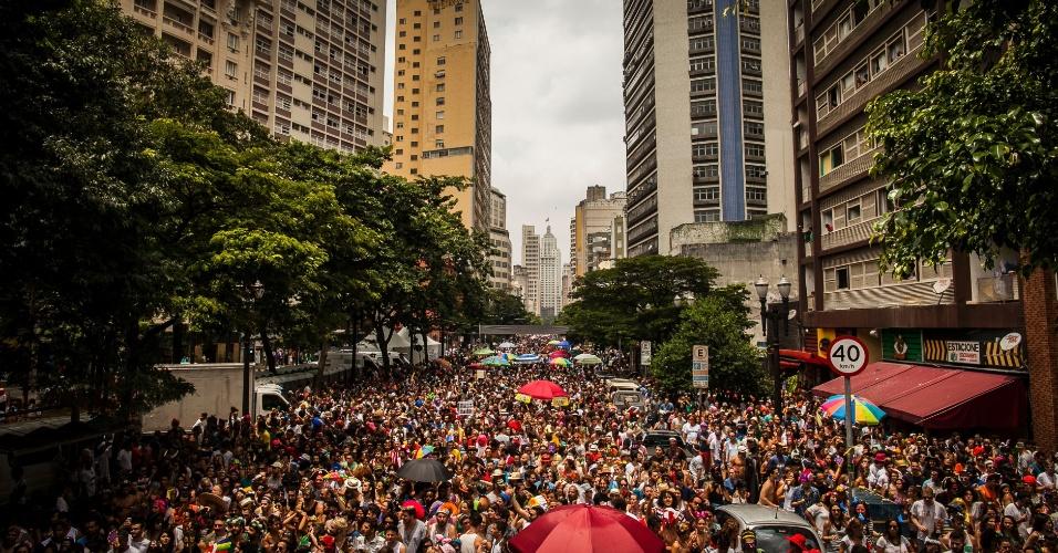 06.fev.2016 - Levando a folia para o centro de São Paulo, o bloco Tarado Ni Você faz homenagem ao músico Caetano Veloso.