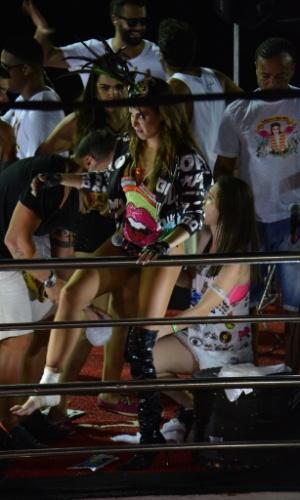 """6.fev.2016 - Cantora Alinne Rosa torceu o pé em cima do trio na madrugada deste domingo durante a passagem do bloco """"Eu Vou"""" no circuito Barra-Ondina (Dodô)"""
