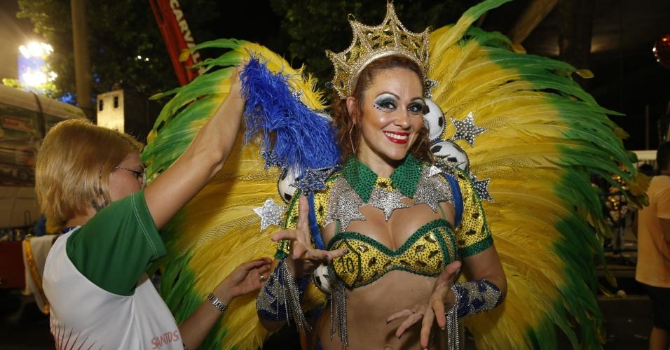 8.fev.2016 - Uma das musas da escola de samba se prepara na concentração da Grande Rio, que homenageou Santos