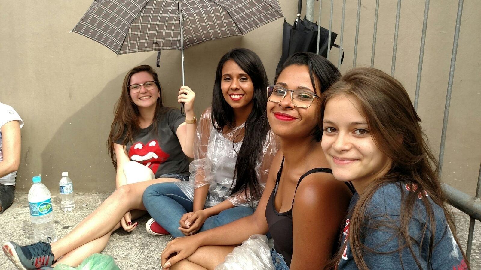 27.fev.2016 - As amigas Andressa Ferro, 21, Beatriz Matos, 23, Bianca Matos, 22, Nathalia Rodrigues,18, estão desde sexta-feira às 20h na fila para assistir ao segundo show dos Rolling Stones em São Paulo. Elas são as primeiras da Pista Premium