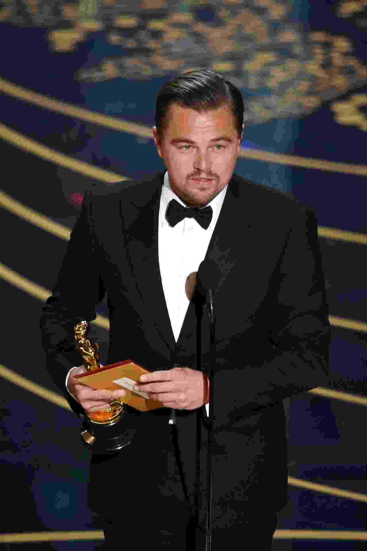 28.fev.2016 - Leonardo DiCaprio agradece o prêmio de melhor ator no Oscar 2016 - Kevin Winter/Getty Images