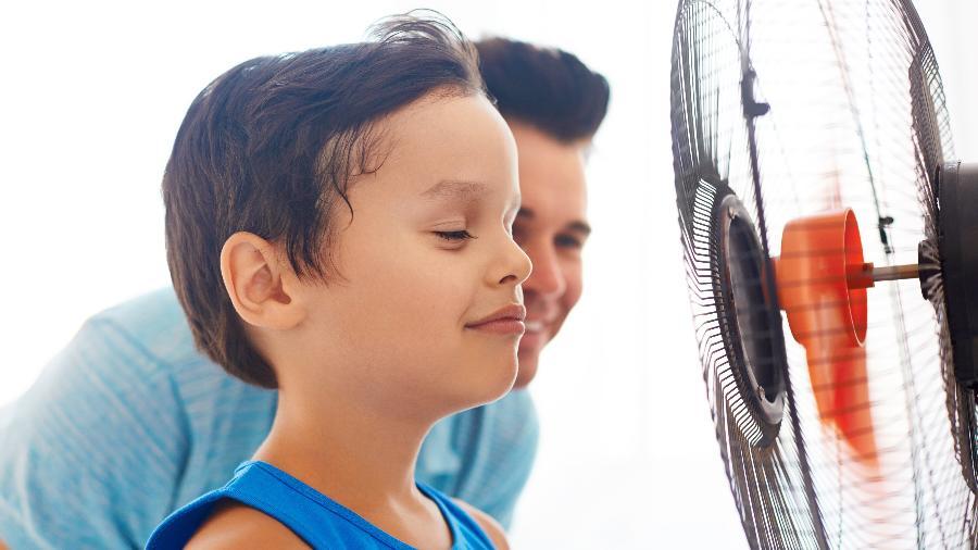 Criança não deve ficar de frente para a corrente de ar do ventilador e do aparelho de ar-condicionado - Getty Images